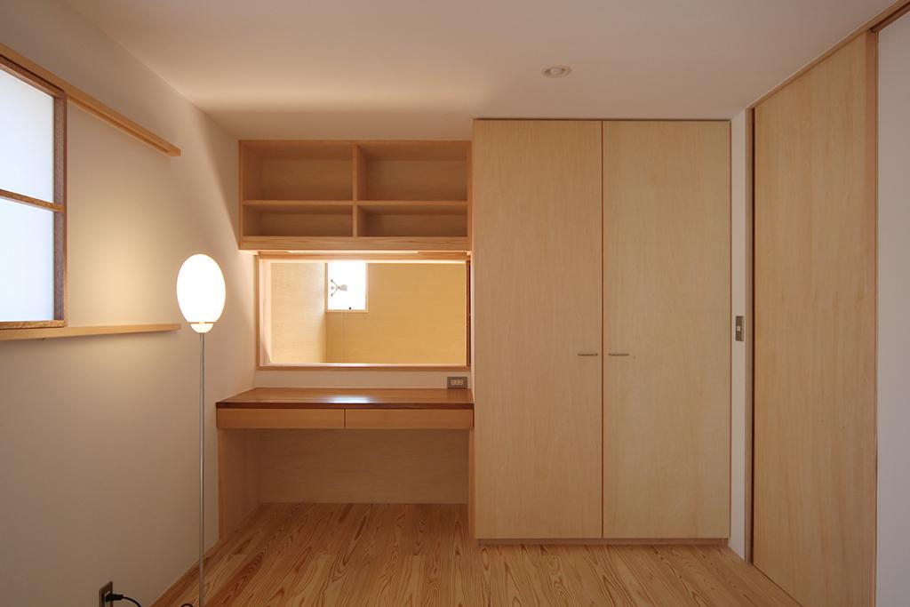 姫路市の木の家 デスクのある寝室