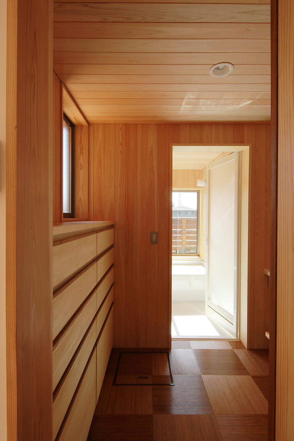 姫路市の木の家 桧貼りの洗面脱衣室と浴室