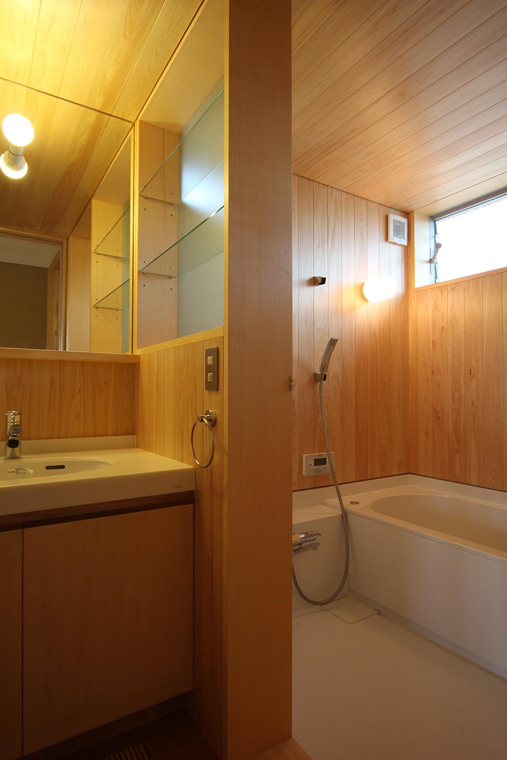 姫路市の木の家 桧貼りの浴室と洗面脱衣室