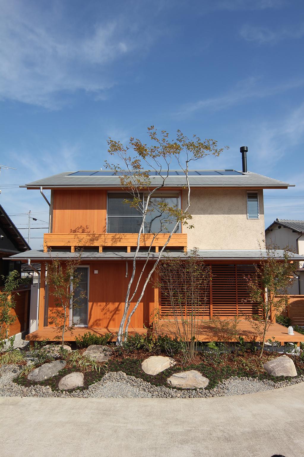 姫路市の木の家 庭からそとん壁の外観を見る