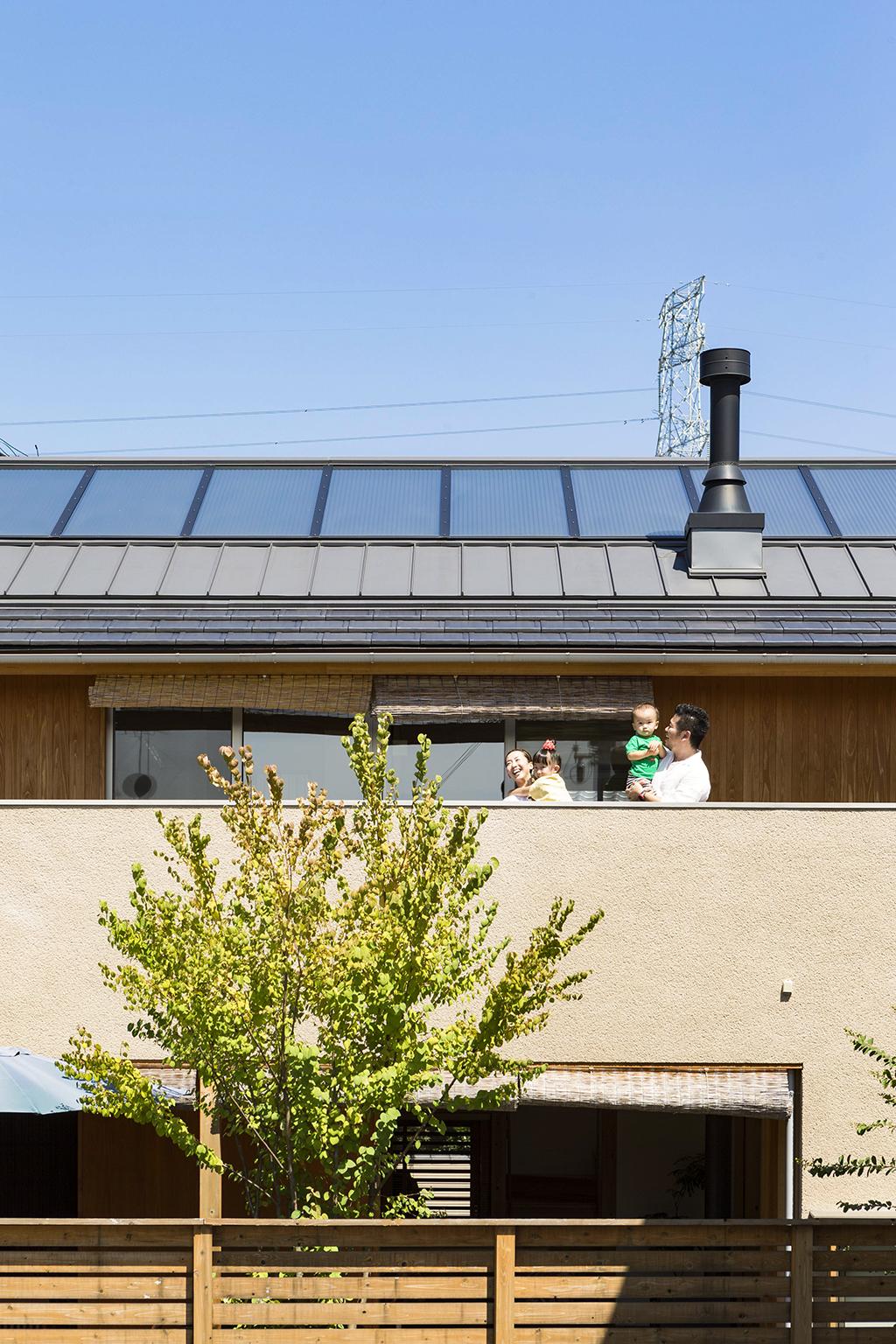 姫路市の木の家 OMソーラーパネル搭載の屋根
