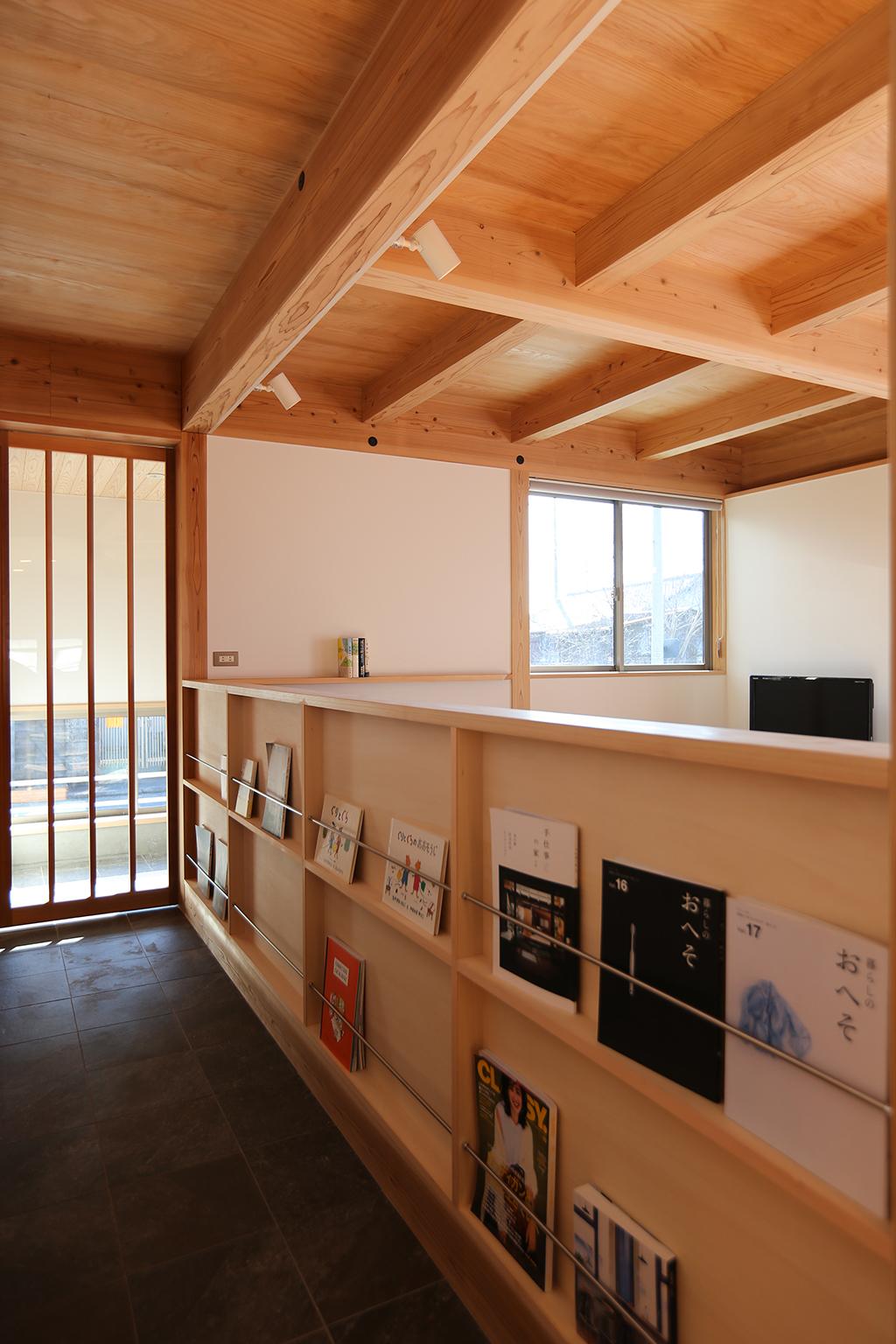 たつの市の木の家 土間の本棚