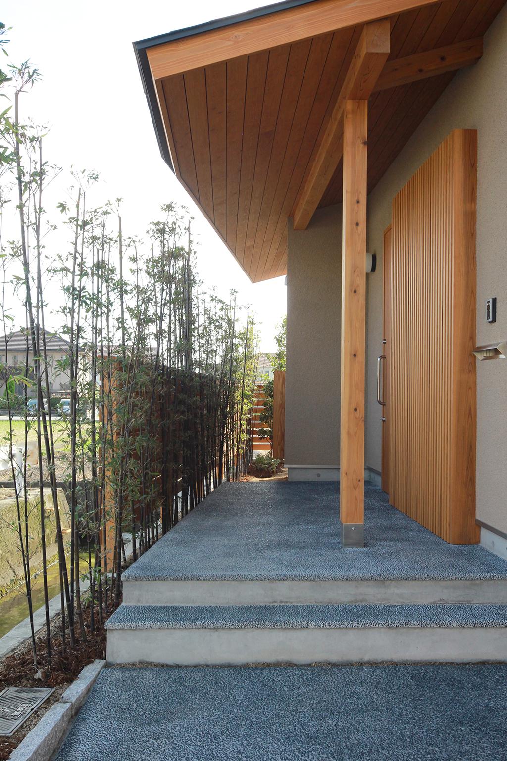 姫路市の木の家 洗い出し土間の玄関ポーチ