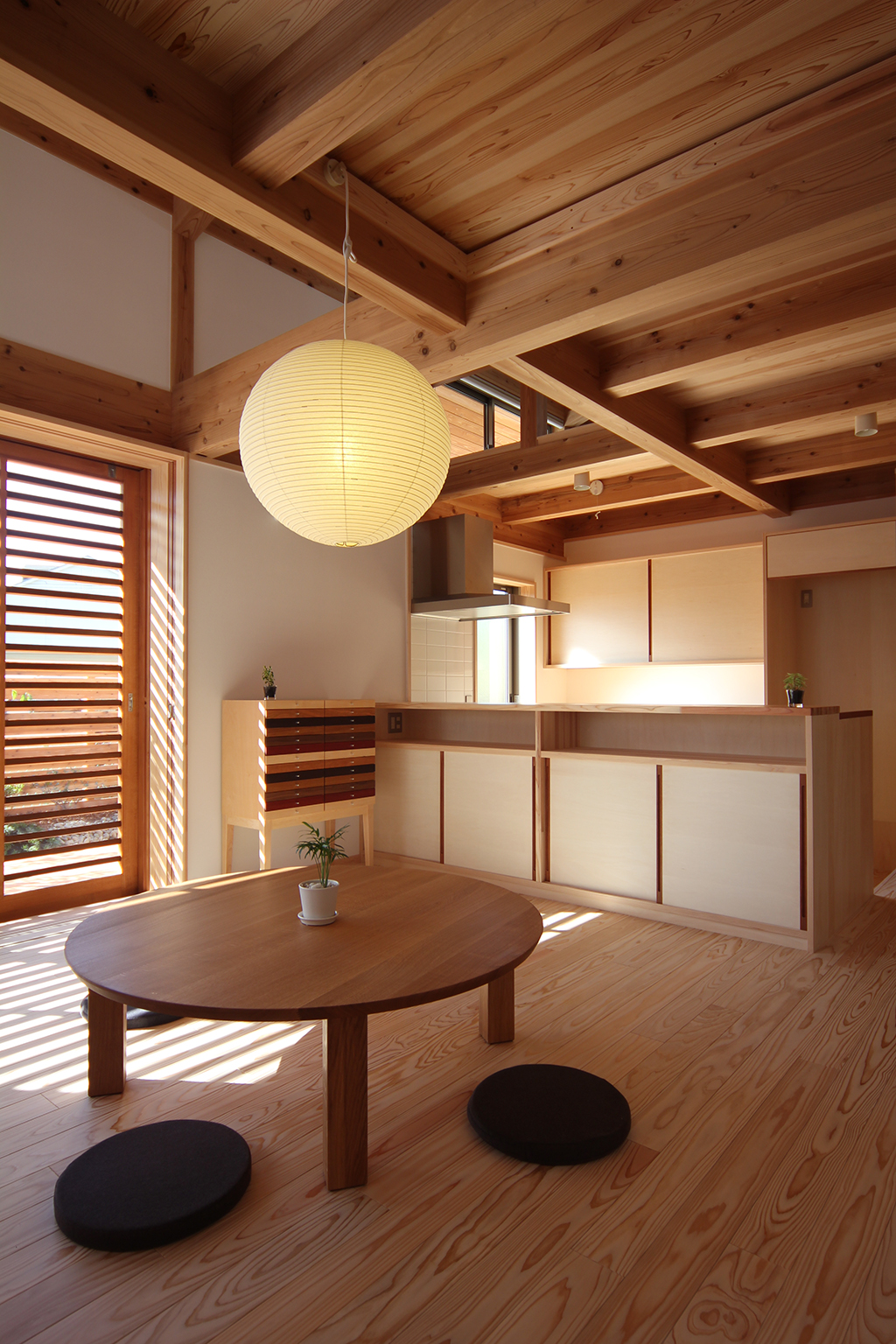 姫路市の木の家 リビングダイニングからキッチンを見る