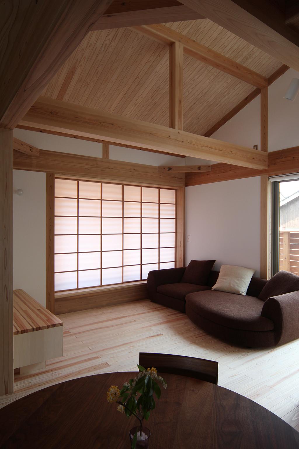 姫路市の木の家 吹き抜けのあるリビングダイニング