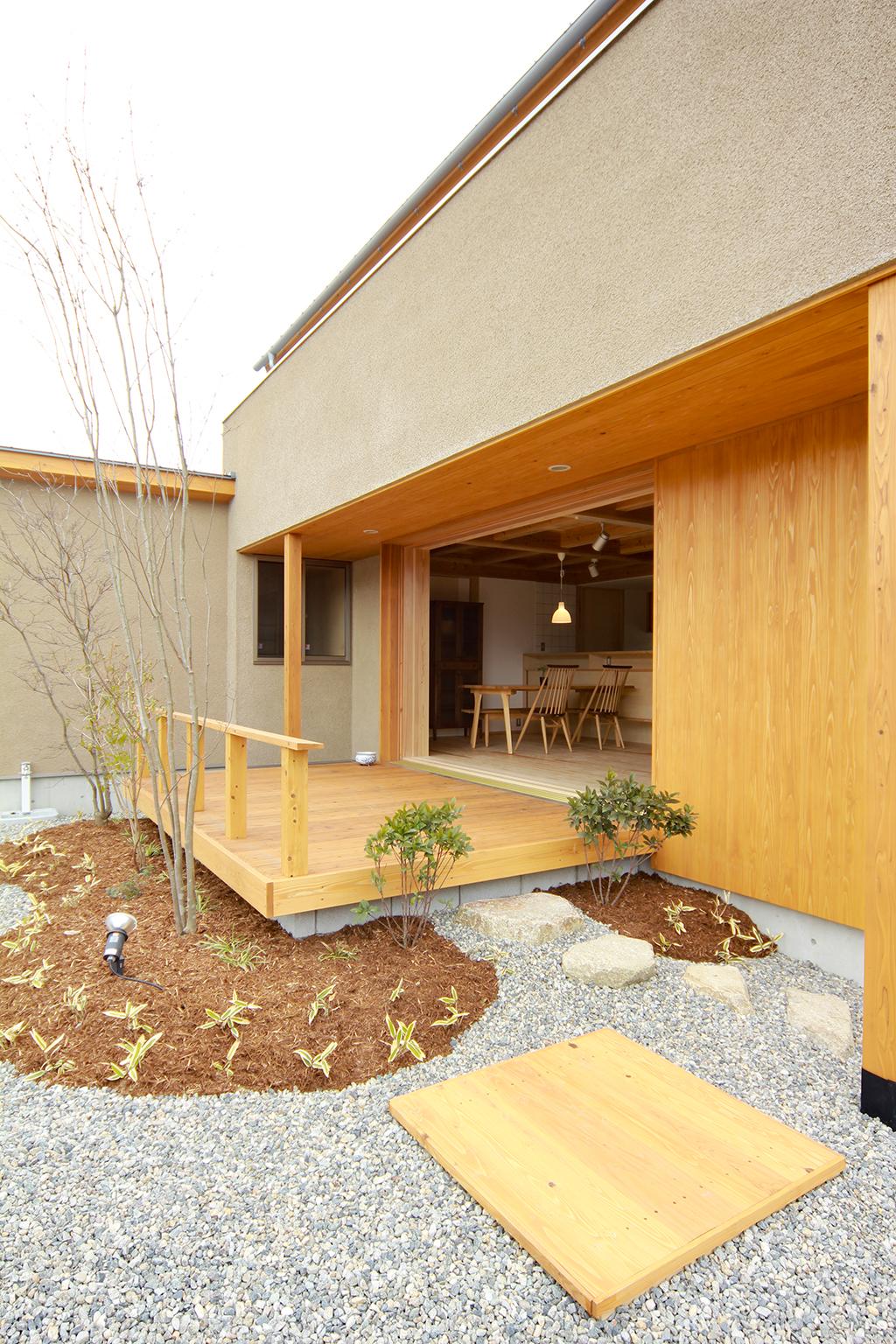 姫路市の木の家 庭からデッキを通して室内を見る