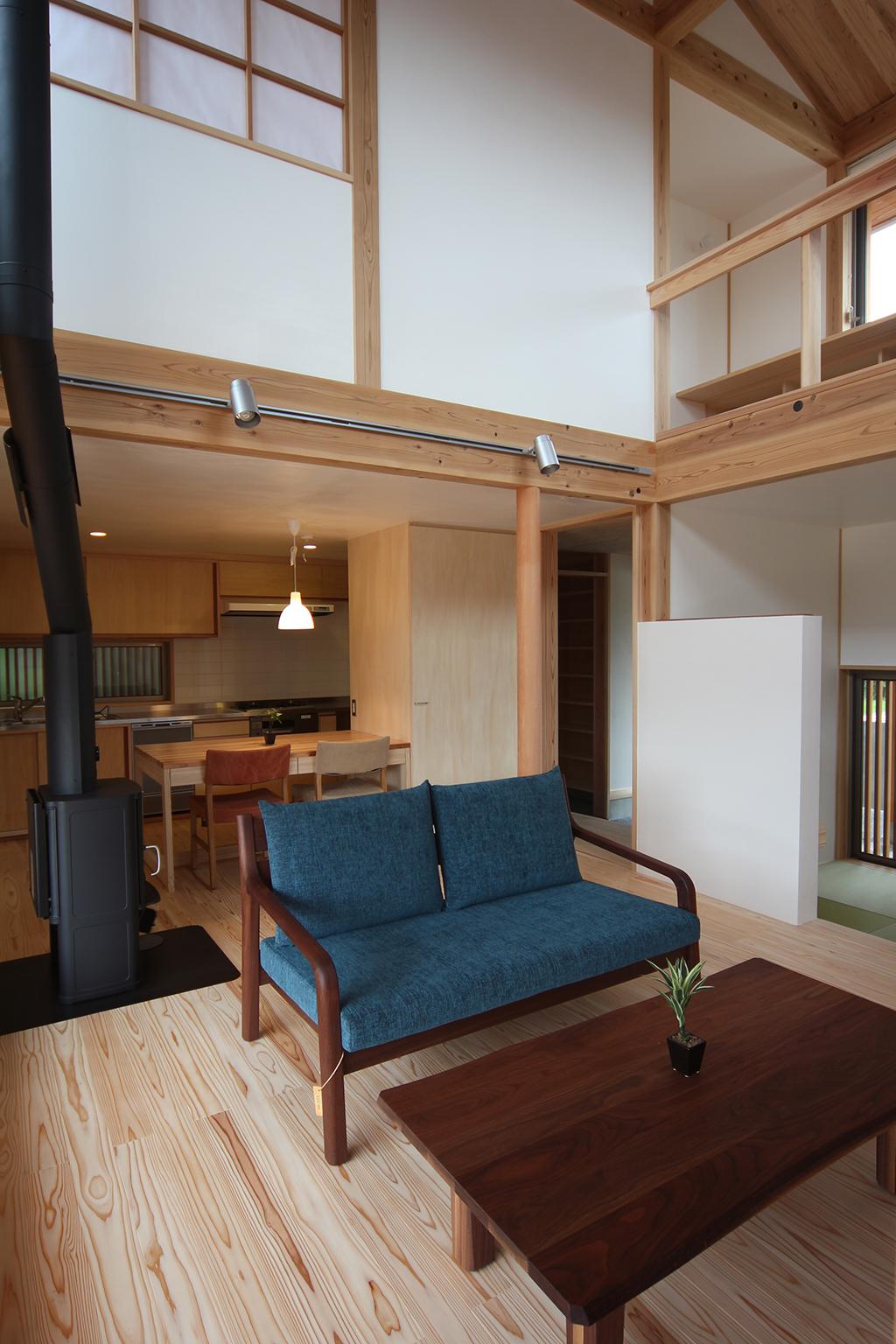 神戸市の木の家 薪ストーブのある吹き抜けで開放的なリビング