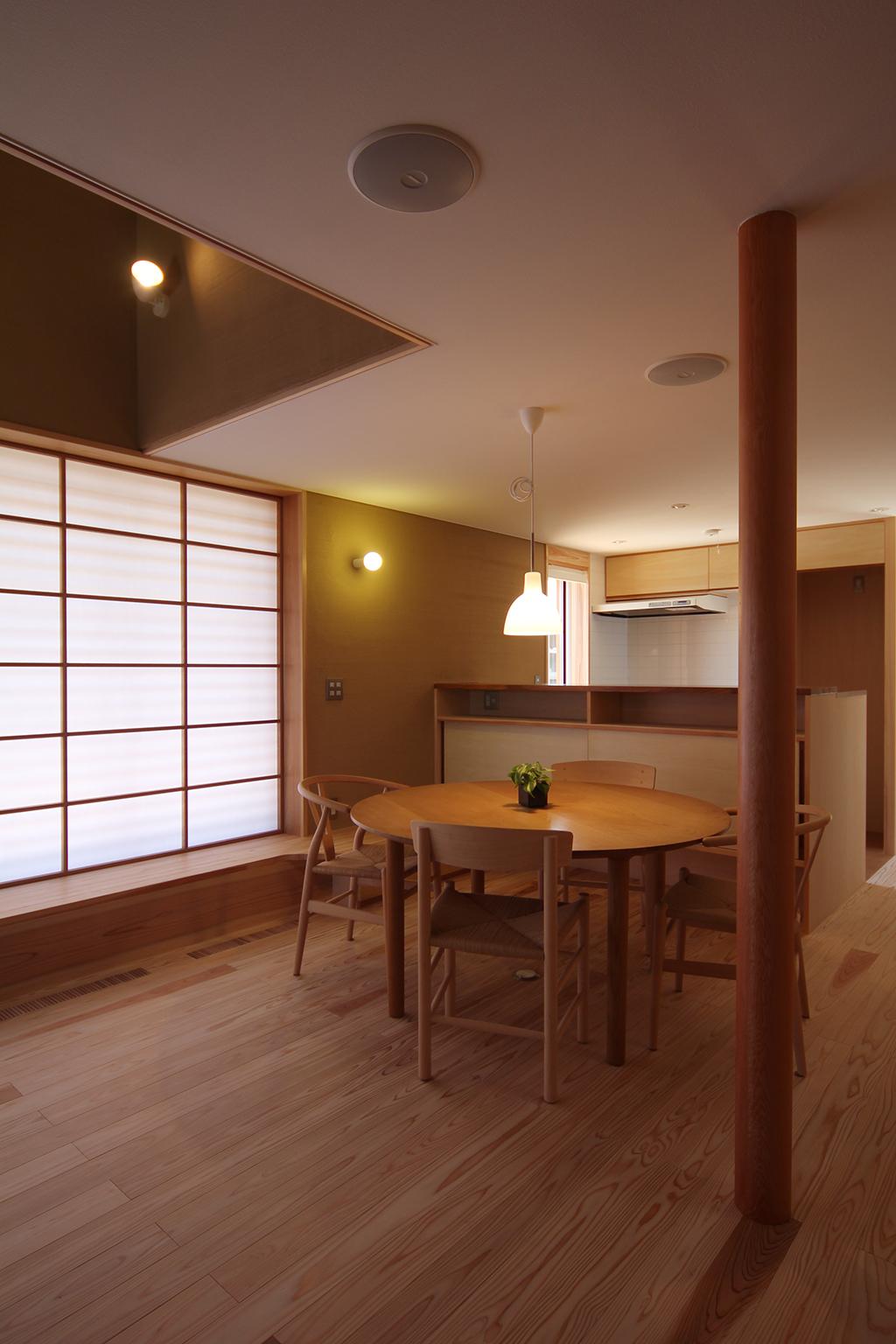 姫路市の木の家 リビングからキッチン方向を見る