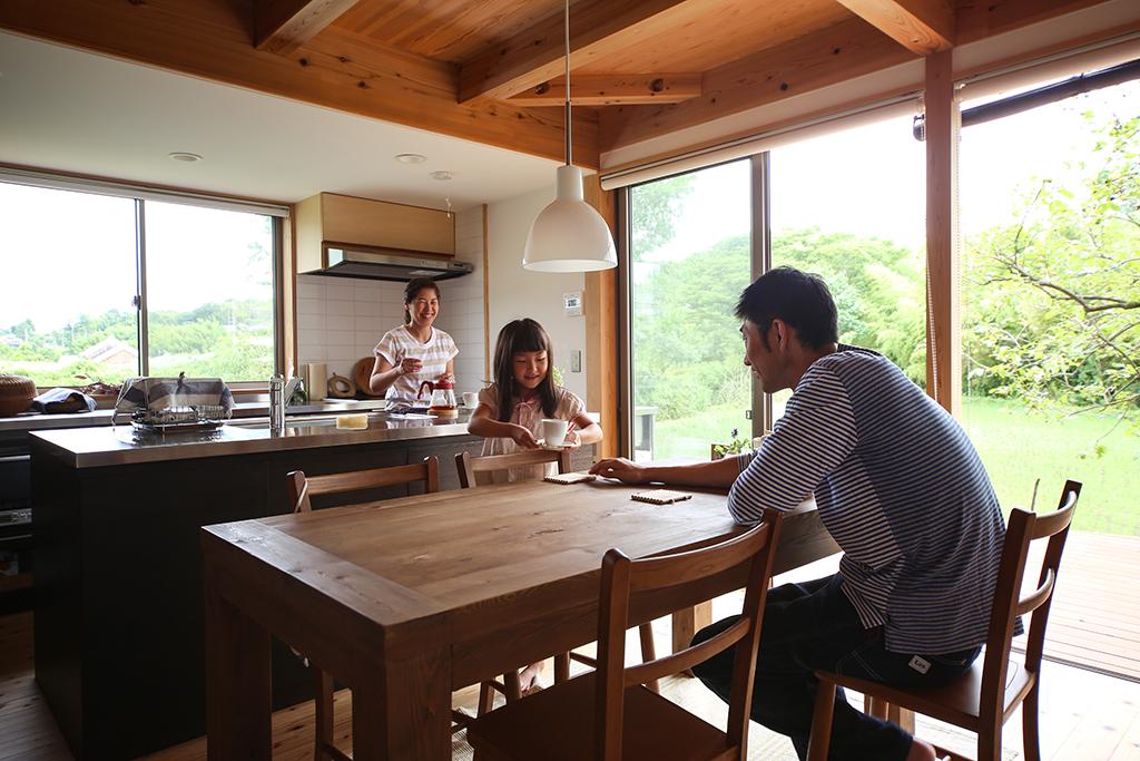 三木市の木の家 キッチンとダイニングで会話するご家族