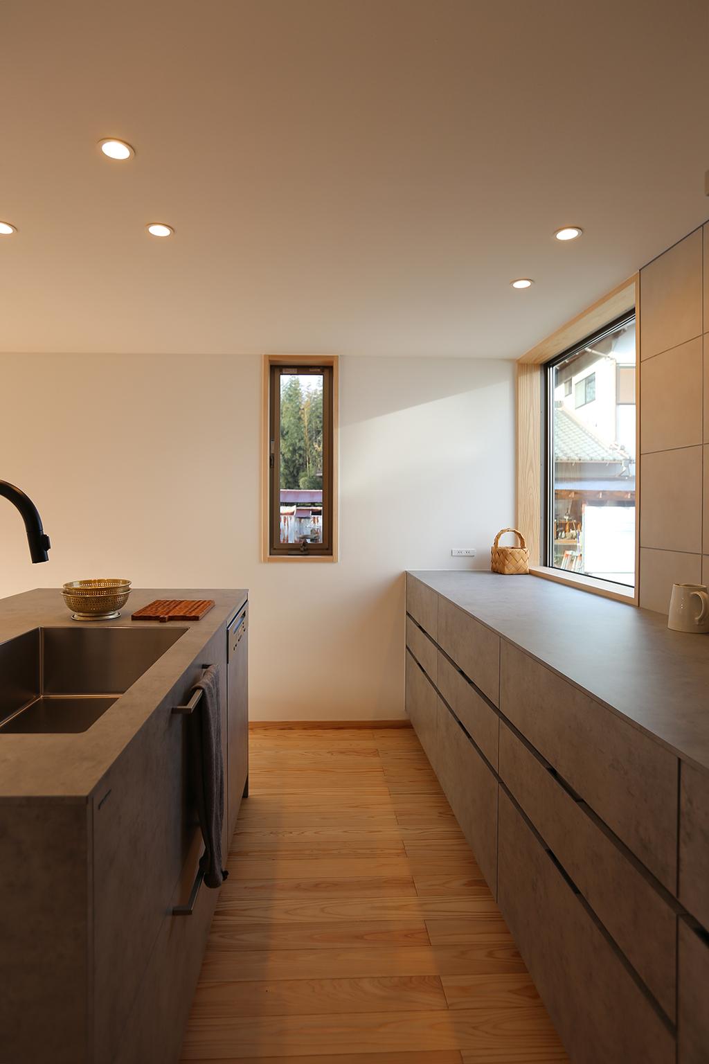 たつの市の木の家 大容量の収納を備えた回遊性のあるアイランドキッチン