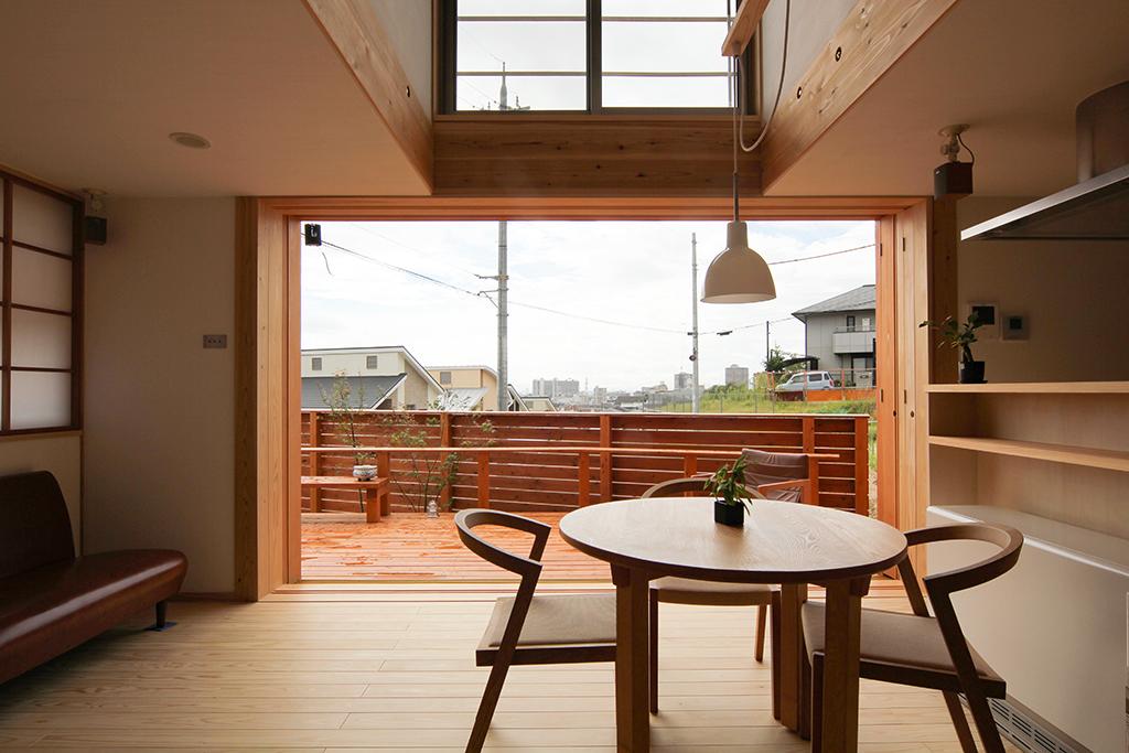 西宮の木の家 大開口の窓と吹抜けで開放的なLDK