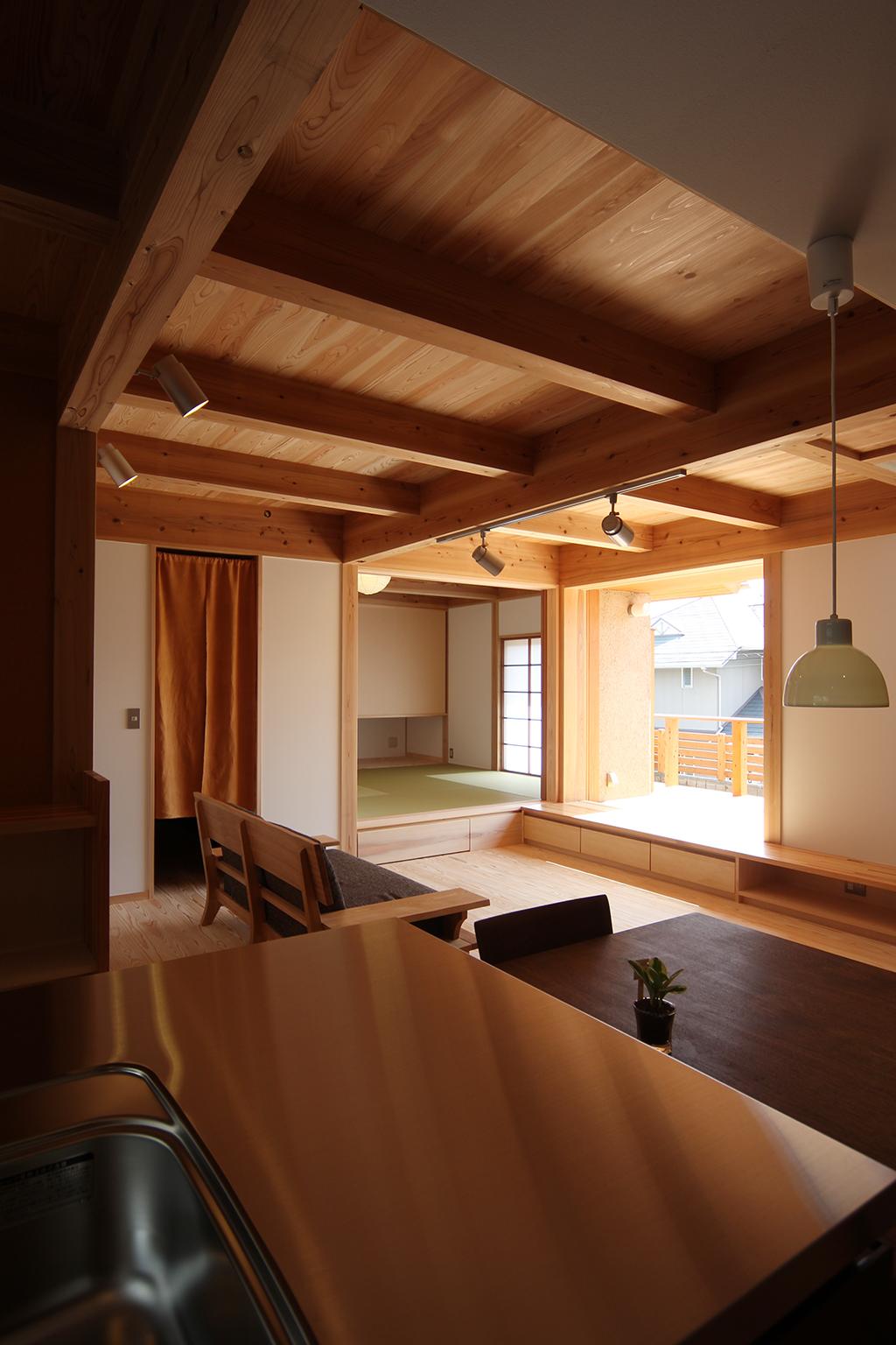 神戸市の木の家 キッチンからLDKを見る