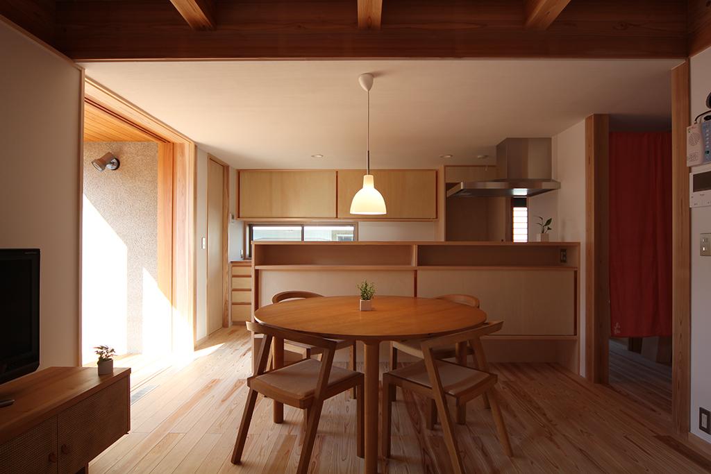 宍粟市の木の家 リビングからダイニングキッチンを見る