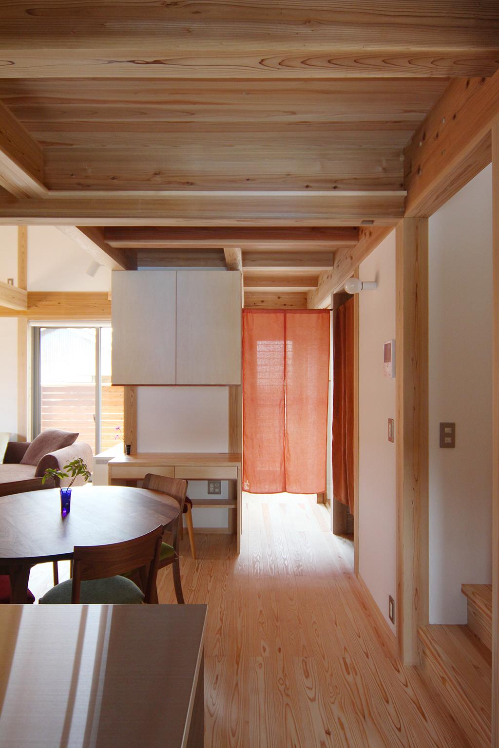 姫路市の木の家 作業デスクのあるLDK