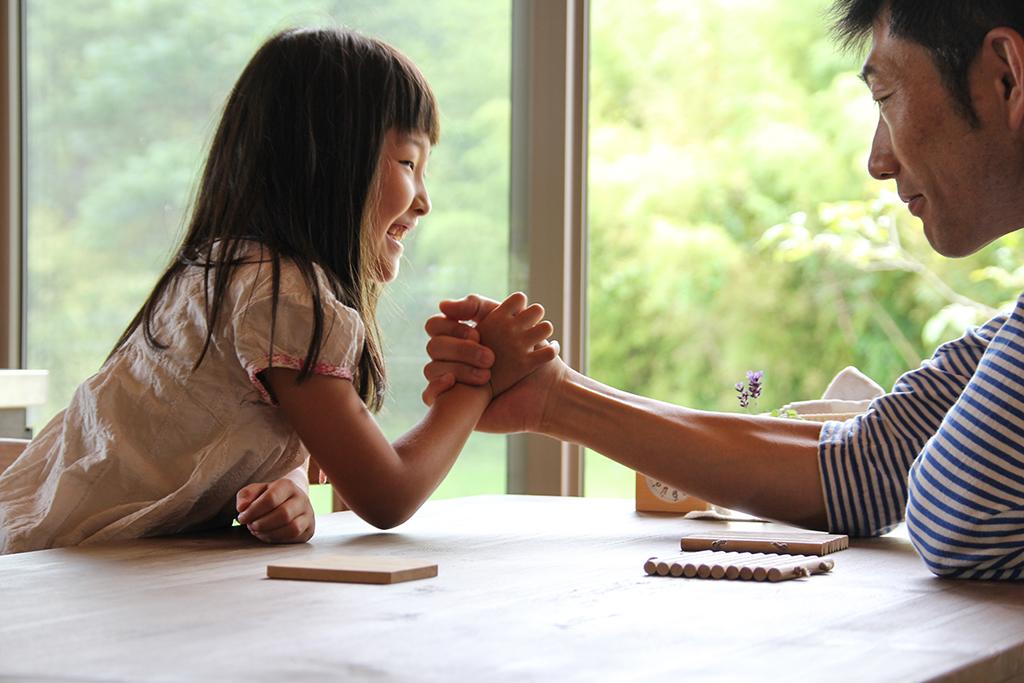 三木市の木の家 ダイニングでお子さまと腕相撲