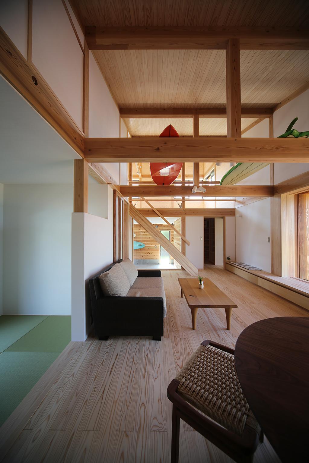 姫路市の木の家リビングを通してインナーガレージを見る