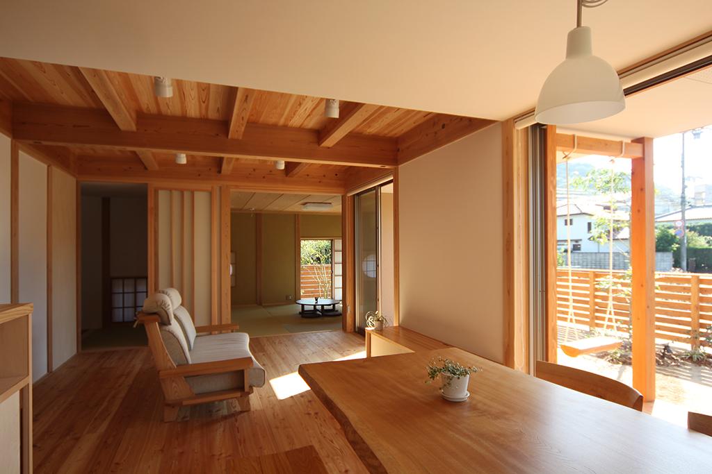 姫路市の木の家 リビングダイニングから和室を見る