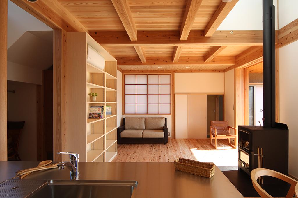 たつの市の木の家 キッチンからリビングを見る