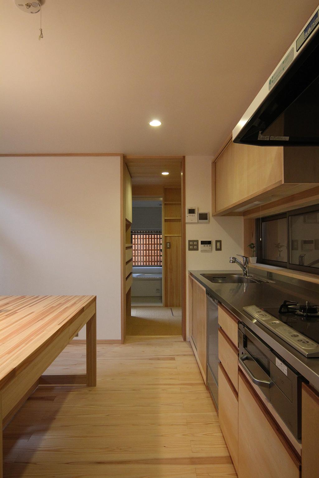 神戸市の木の家 オリジナルキッチンと一直線につながる水廻り