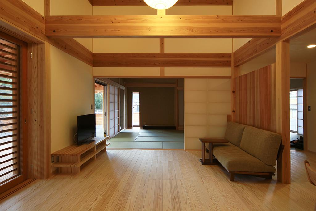 たつの市の木の家 リビングを通して和室を見る