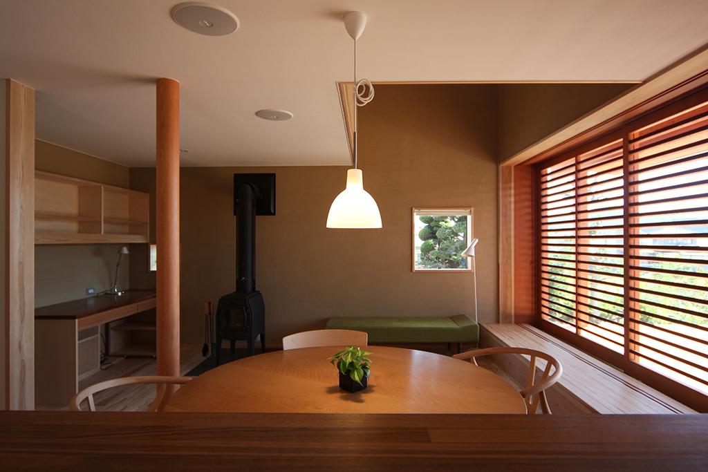 姫路市の木の家 薪ストーブとデスクスペースのあるリビング
