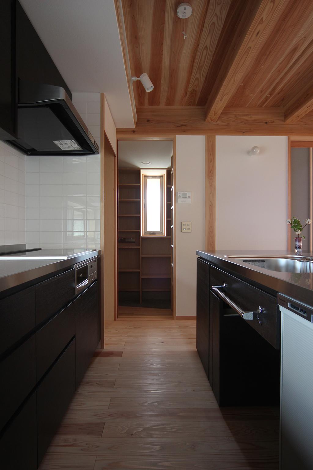 姫路市の木の家 オリジナルキッチンとパントリー