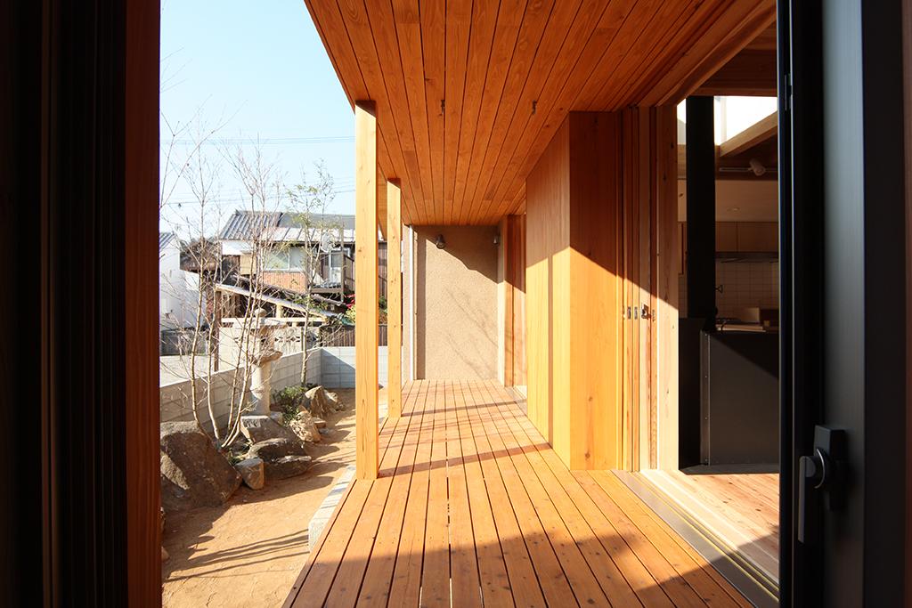 たつの市の木の家 暮らしの幅を広げる屋根のあるウッドデッキ