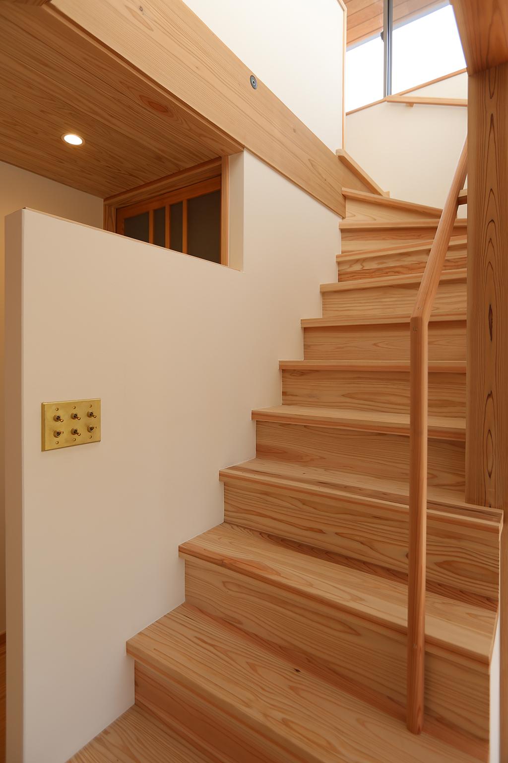 たつの市の木の家 明るい日が差し込む廻り階段