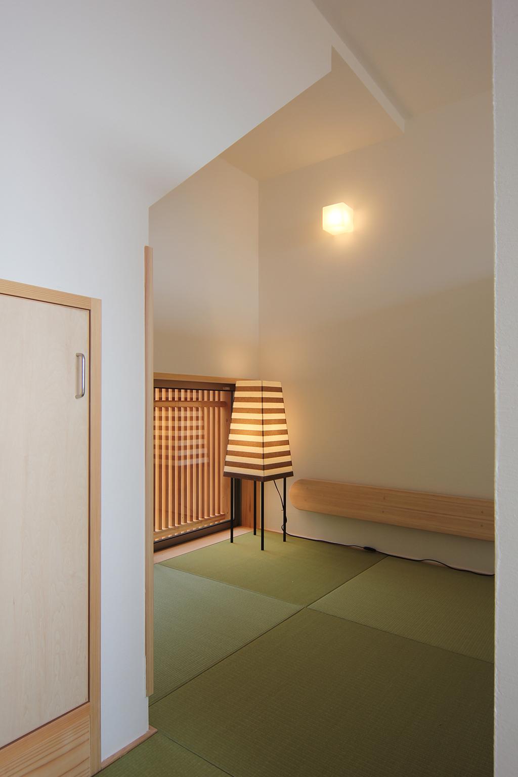西宮の木の家 階段下の畳スペース