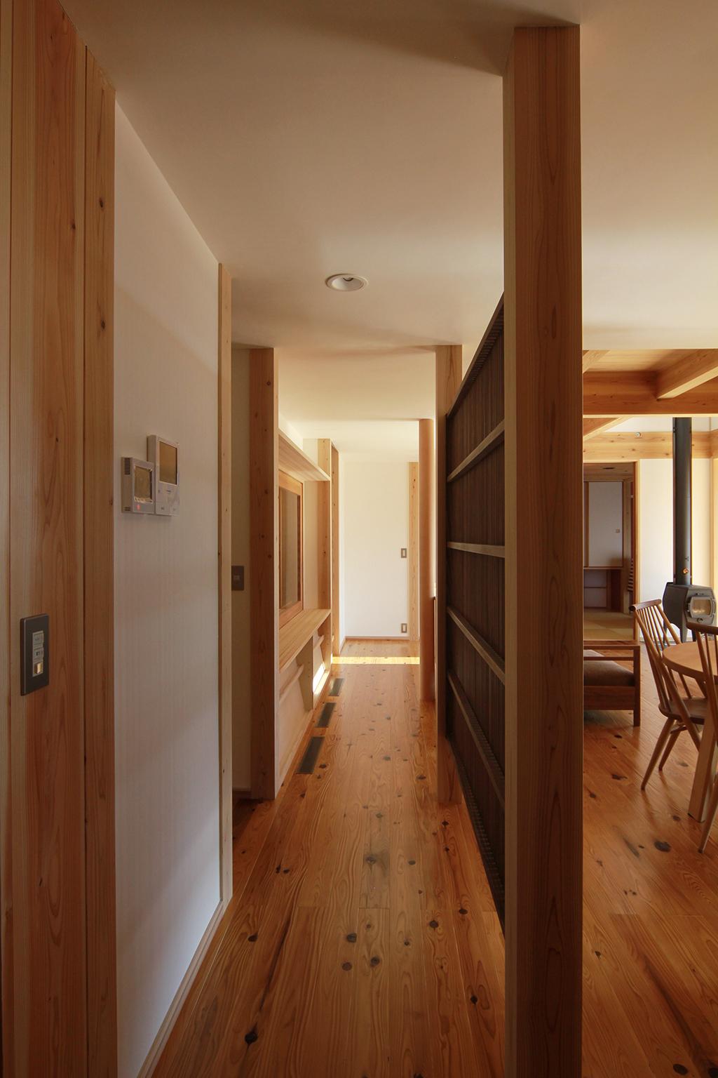 姫路市の木の家 格子建具で緩く仕切った廊下