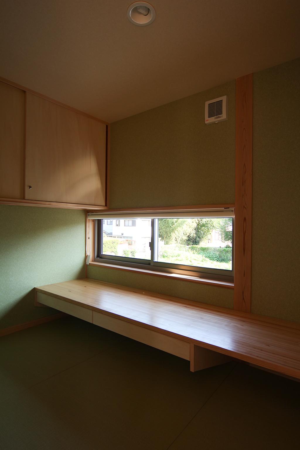 姫路市の木の家 外の景色を眺めながら仕事や読書のできる書斎