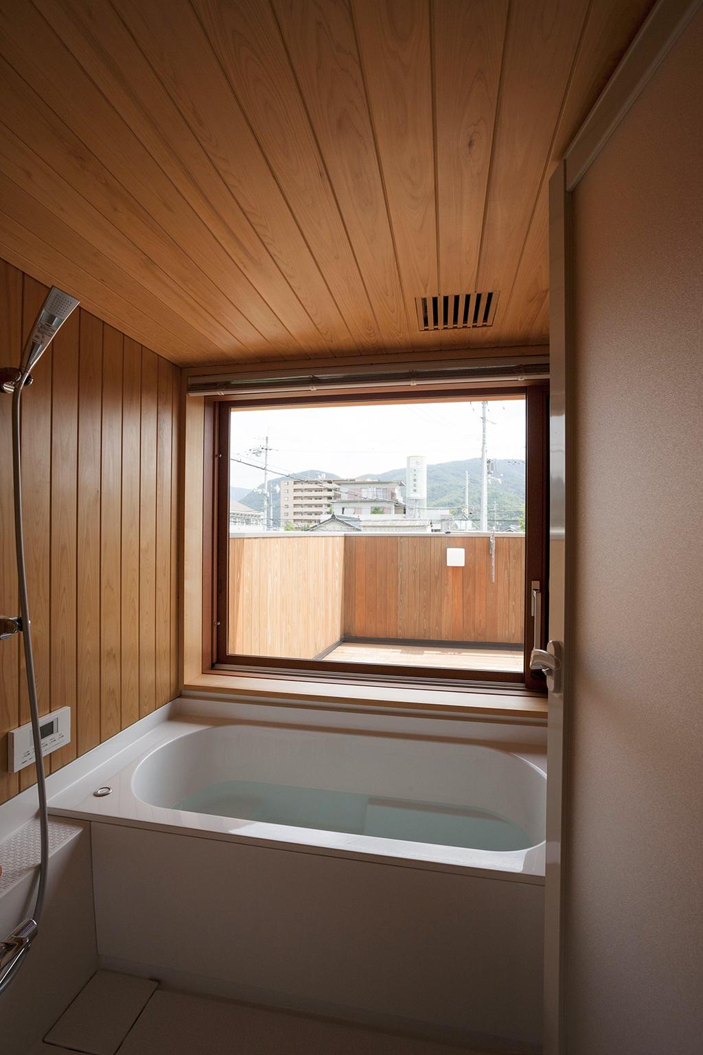 宍粟市の木の家 眺めのよい桧貼りの浴室