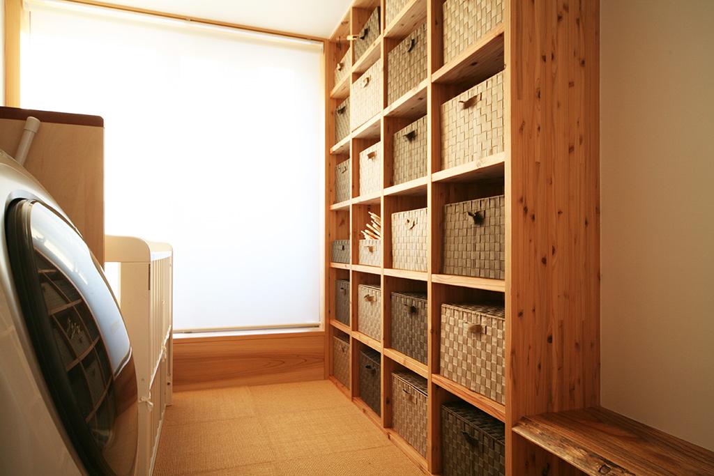 神戸市の木の家 銭湯のような収納のある洗面洗濯脱衣室