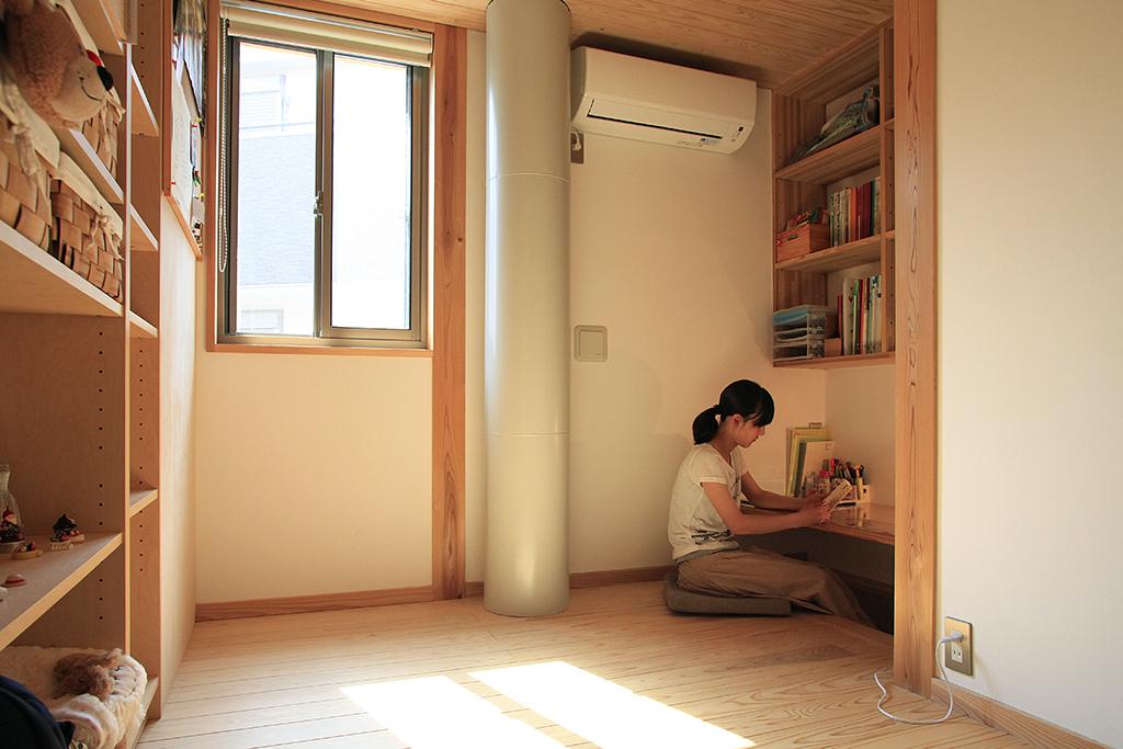 神戸市の木の家 家具で間仕切って変幻自在の子ども部屋