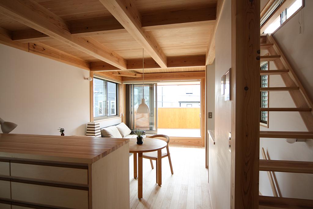 芦屋市の木の家 キッチン脇のロフトへつながる階段