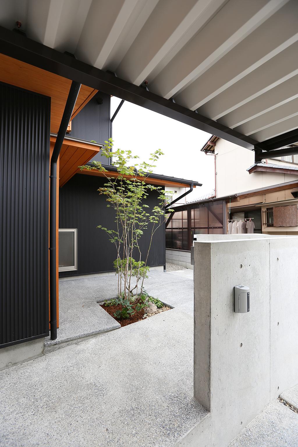 姫路市の木の家 緑のあるスロープ状の玄関ポーチ