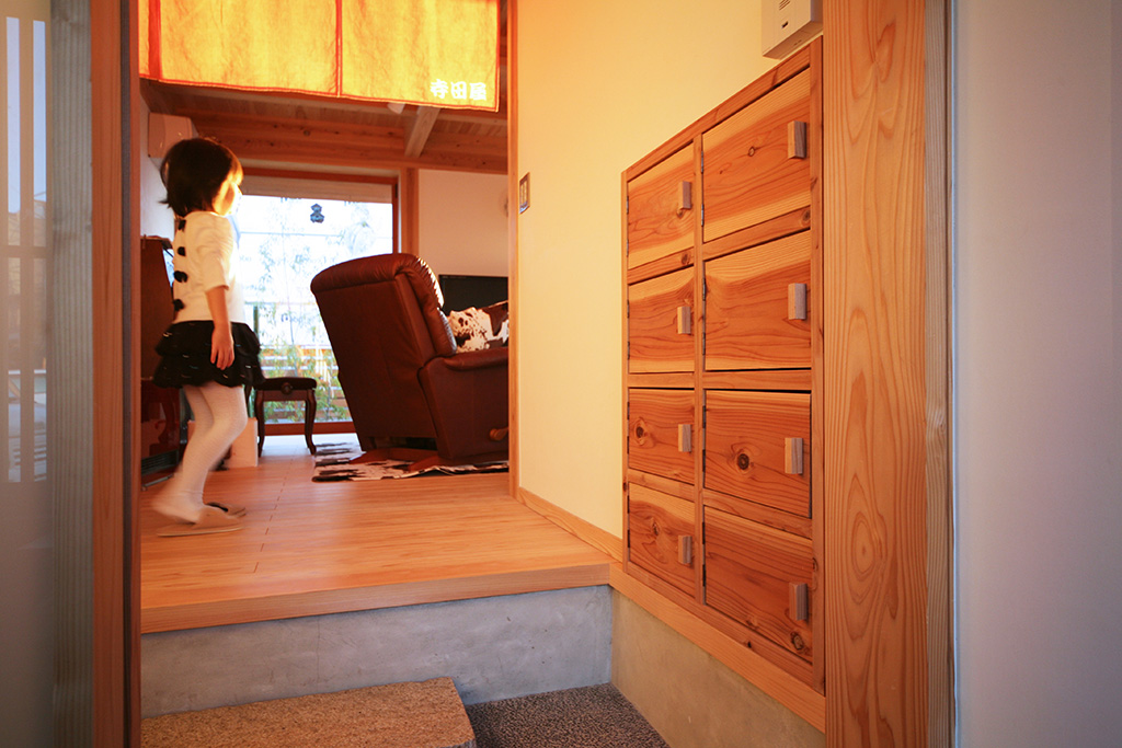 神戸市の木の家 銭湯に来たかのような靴箱のある玄関ホール