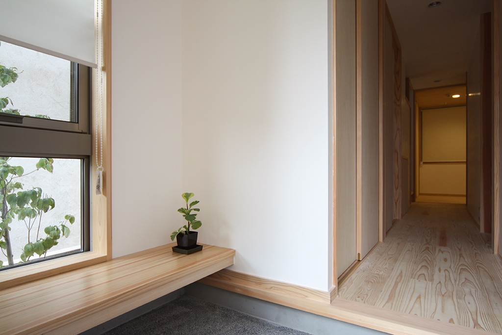 芦屋市の木の家 緑を望む窓のある玄関ホール