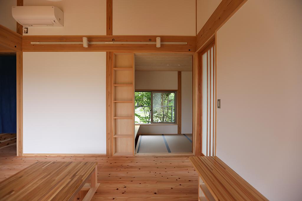 姫路市の木の家 ダイニングから和室を見通す