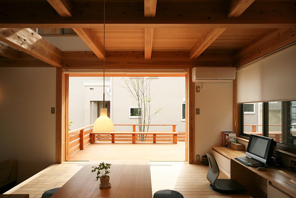 神戸市の木の家 作業デスクのあるダイニング