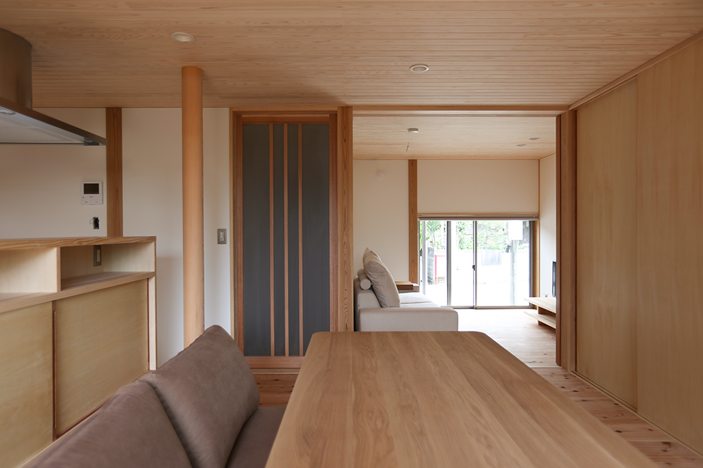姫路市の木の家 ダイニングからプライベートリビングを見通す