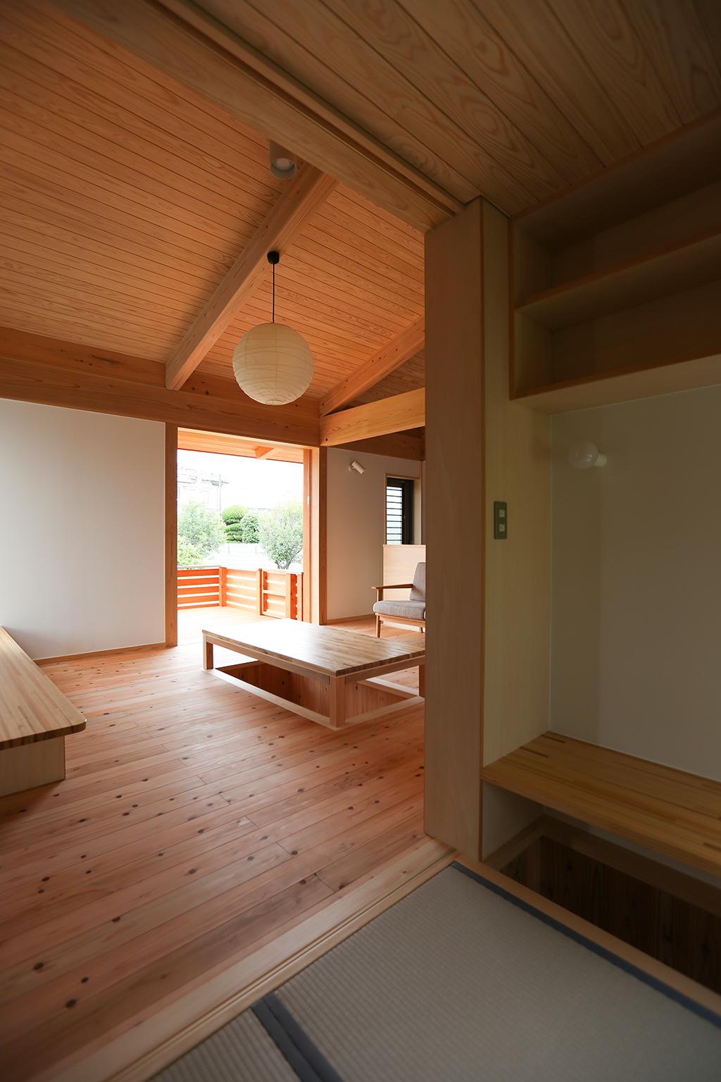 姫路市の木の家 和室からリビングを見通す
