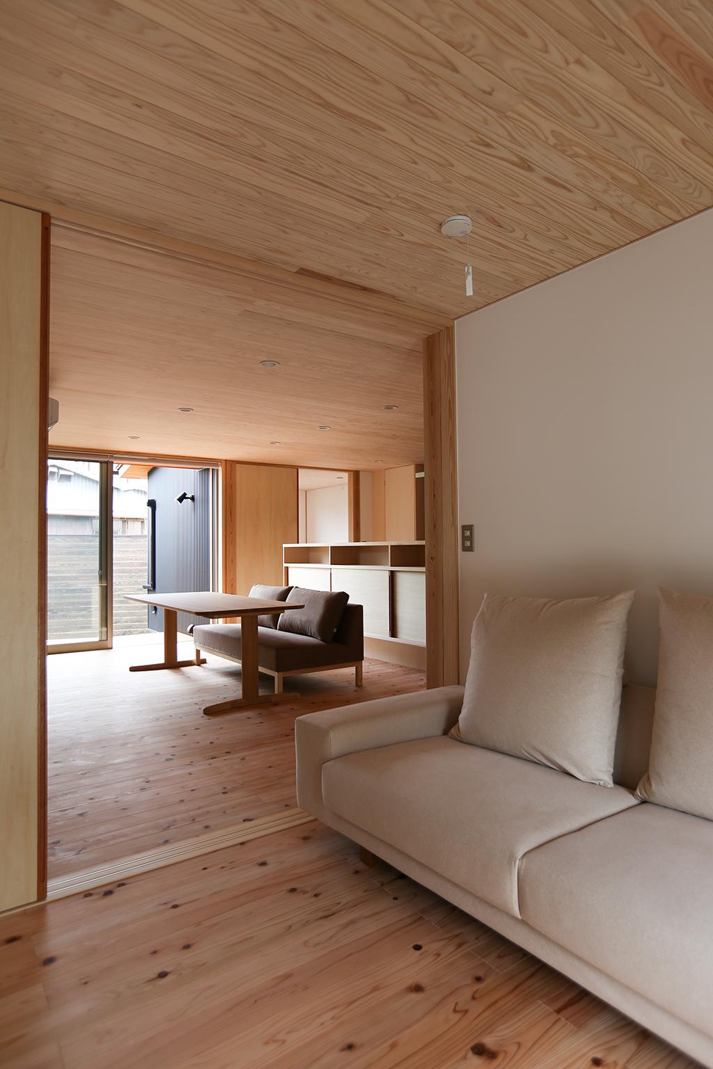 姫路市の木の家 プライベートリビングからダイニングを見る