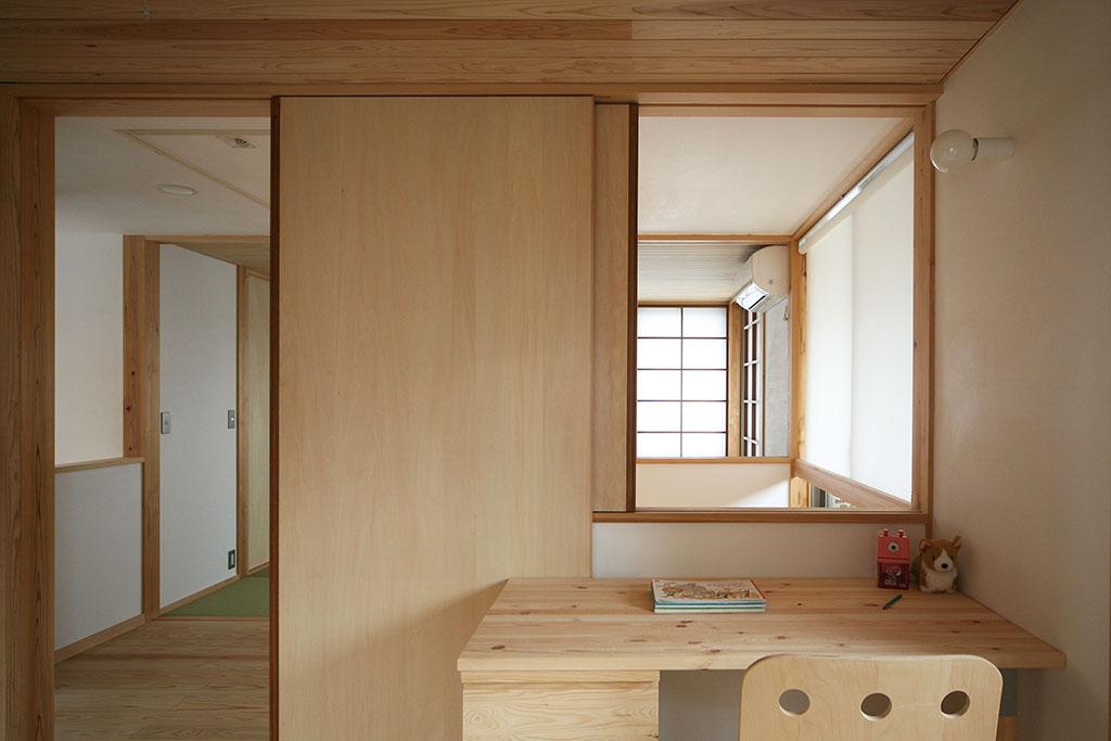 神戸市の木の家 吹き抜けで1階とつながる子ども部屋