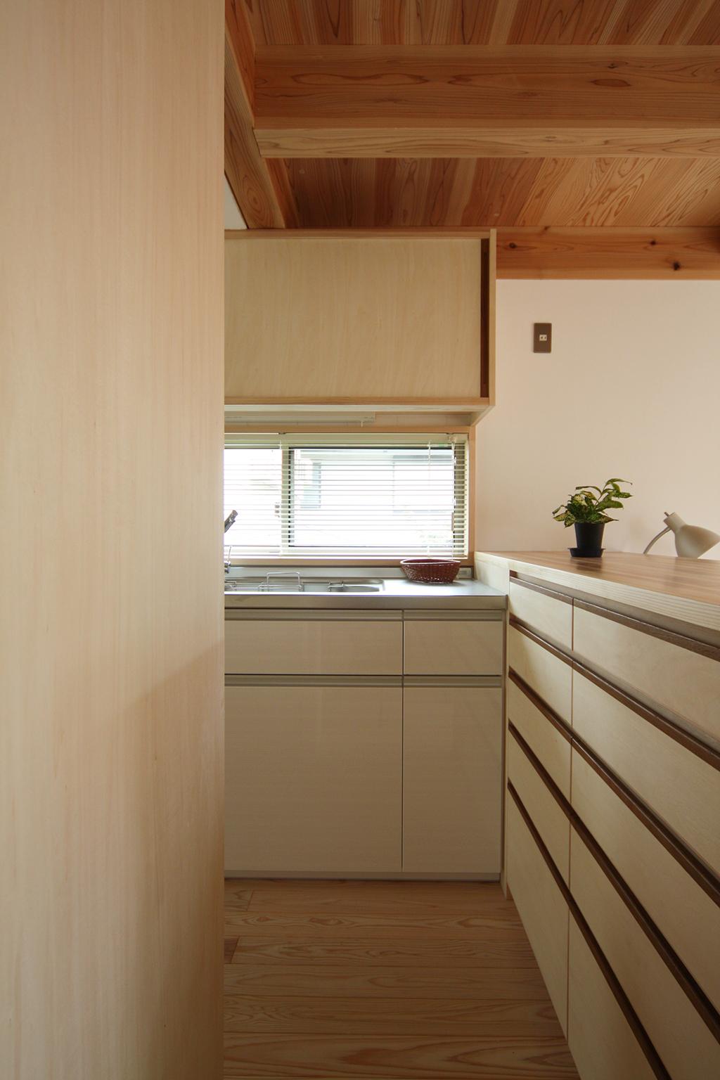 芦屋市の木の家 カウンター収納のあるキッチン