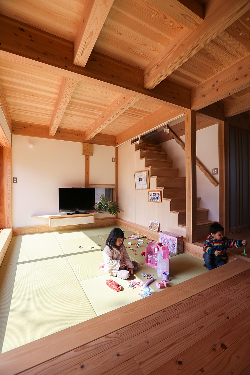 高砂市の木の家 畳リビングで遊ぶお子さま