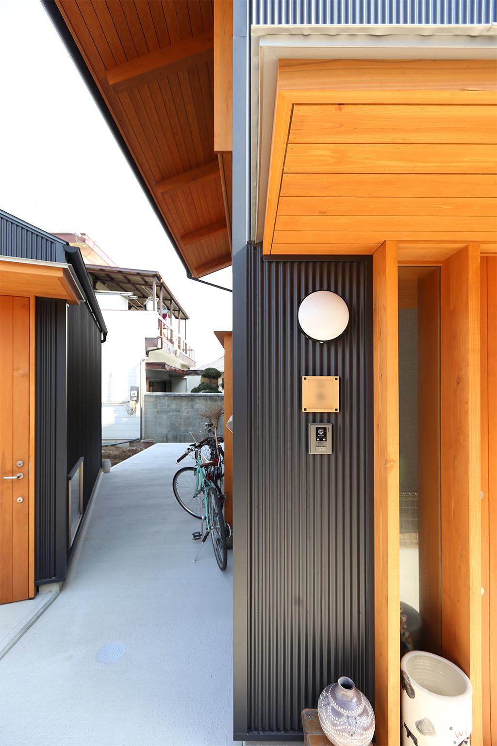 高砂市の木の家 サロンと小屋との間の路地