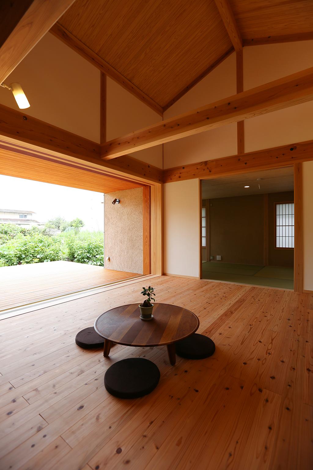 姫路市の木の家 リビングから和室を見る