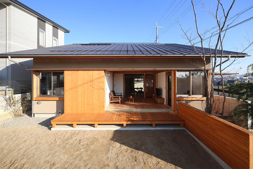 姫路市の木の家  庭から室内を見る