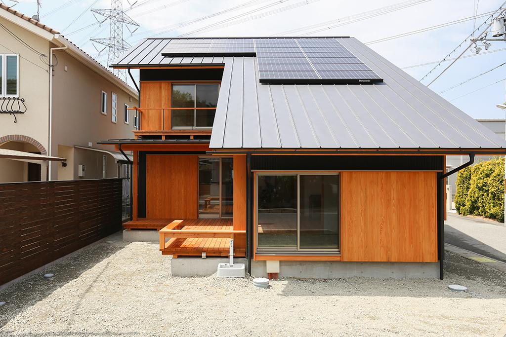 姫路市の木の家『街かどサファリ』への字屋根の外観